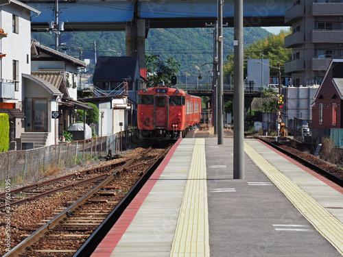広島芸備線、離れていく電車。 壱 Wallpaper Mural