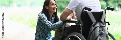 Fotografia Disabled couple in love on a walk in park portrait