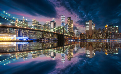 Panel Szklany Mosty New york skyline from Brooklyn bridge in blue hour with reflection on Hudson river