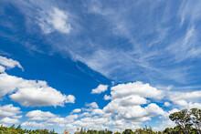 都会の青空と雲