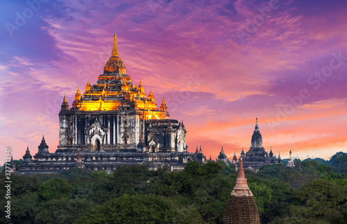 Photo Sunset over Thatbyinnyu pagoda in Bagan in Myanmar