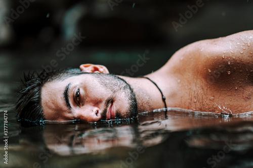 Tablou Canvas Chico joven atractivo bañandose en lago