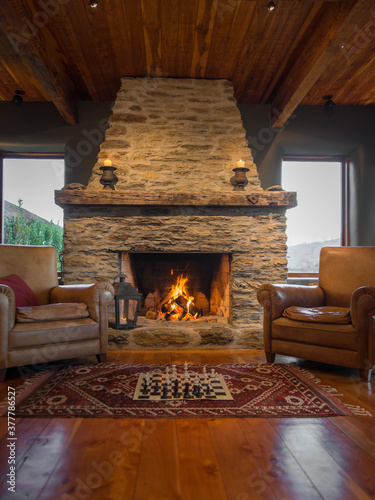 Photo Chess infront og large stone fireplace