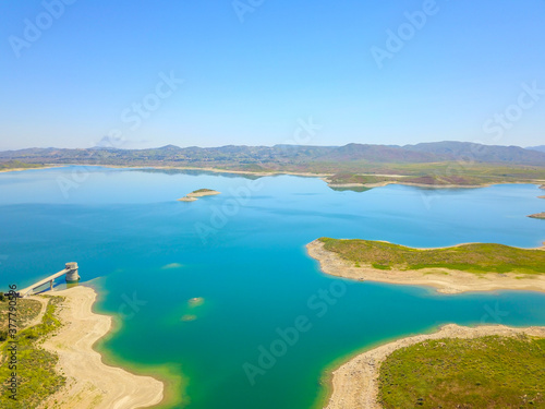 Fotografija majestic aerial shot of the still blue waters and lush green hillsides at Lake M