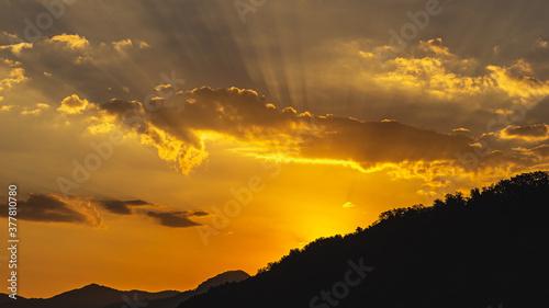 Fototapeta Widok przedstawia piękny spektakularny wschód słońca widoczny przez szczyty gór. obraz