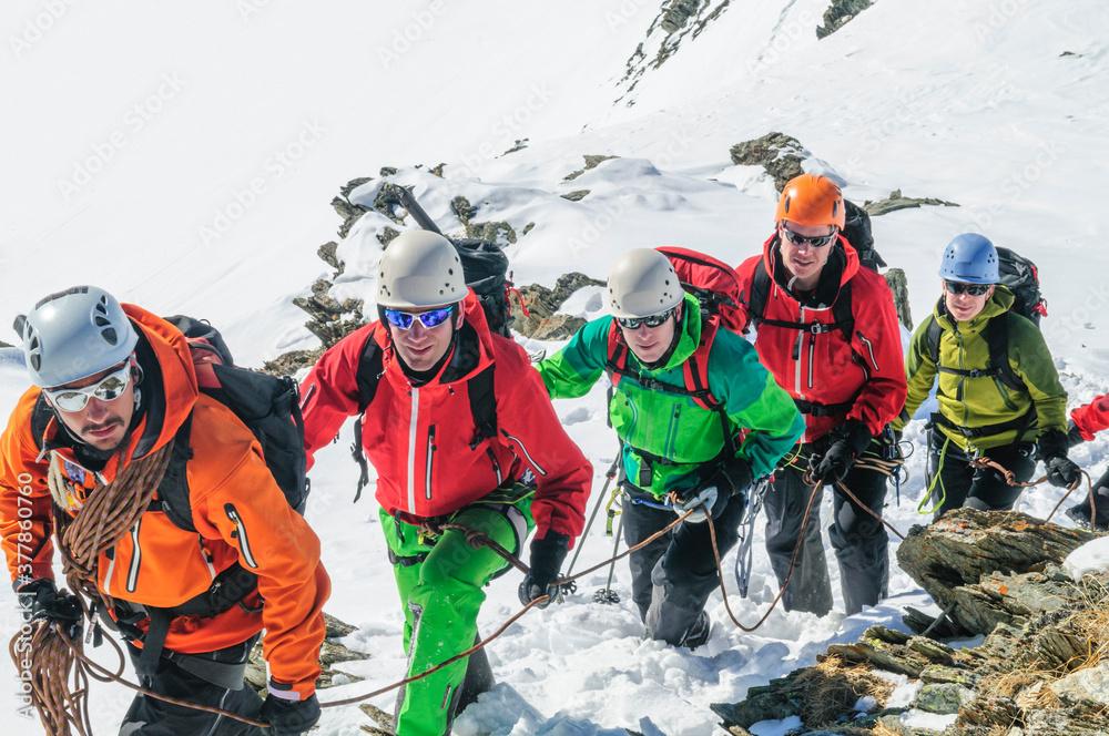 Fototapeta Bergführer führt eine Seilschaft an.