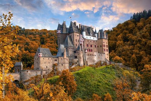 Fotografia Amazing panoramic view of Burg Eltz castle in autumn