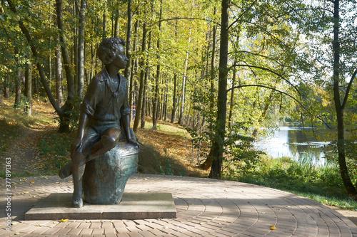 Fototapeta Monument to poet Alexander Pushkin in Zakharovo, former noble estate in village