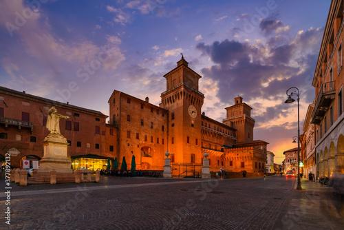 Castle Estense (Castello Estense) and piazza Savonarola and monumet to Savonarola in Ferrara, Emilia-Romagna, Italy Fototapet