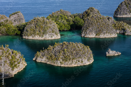 Obraz na plátně Highly eroded limestone islands rise from the beautiful seascape in Raja Ampat, Indonesia