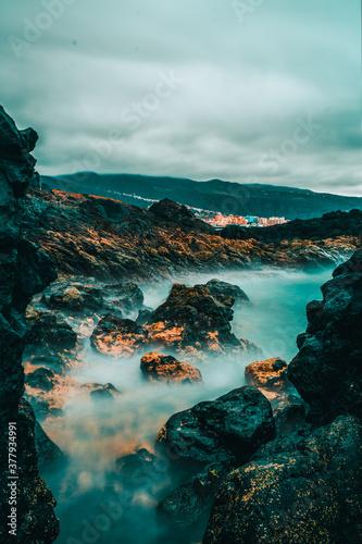 Fotografie, Obraz Paisaje de largaexposición en el mar con rocas y acantilados