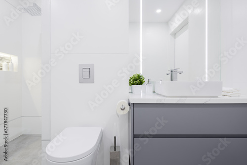Obraz Small white bathroom - fototapety do salonu
