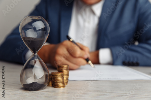 Foto Businessman approves important contract in office