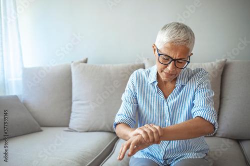 Obraz na plátně Elderly lady is enduring strong ache