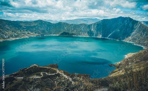 Foto Laguna de Quilotoa una caldera llena de agua  que se formó por el colapso de este volcán es un atractivo turístico muy hermoso debido a su hermosa laguna de agua cristalina