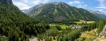 Une Vallée Entourée De Monta...