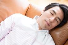 ソファで眠る男性