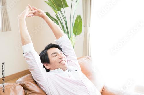 伸びをする男性 Fototapet