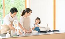 料理する親子 子育て...