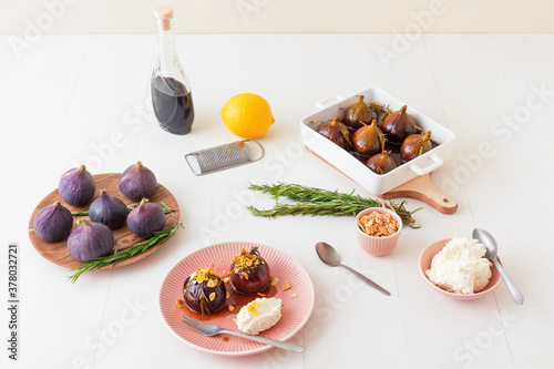 Fotomural Caramelised figs with balsamic vinegar, rosemary, almonds and cottage cheese