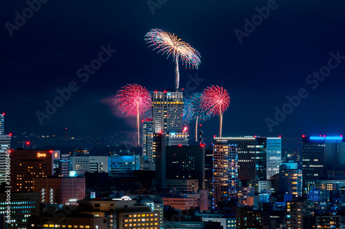 Foto 札幌市中心部に上がる打ち上げ花火 / 北海道札幌市の風景