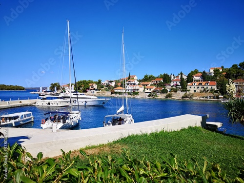 Papel de parede Solta wyspa w Chorwacji nad morzem Adriatyckim, Widok na marinę oraz w tle osada