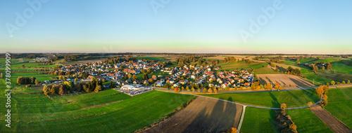 Fototapeta Ausblick auf Röfingen an einem sonnigen Morgen im Oktober