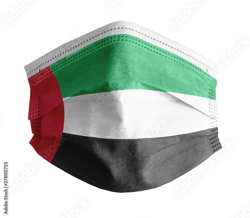 Foto mascarilla para covid con el fondo blanco y la bandera de Emiriatos Arabes