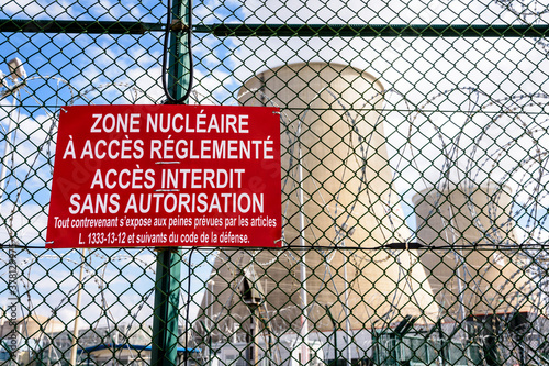 Foto Close-up view of a warning sign on the security fence with barbed wire of a nuclear power plant in France
