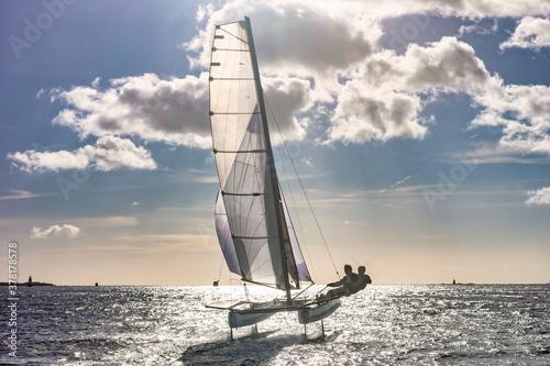 Obraz Catamaran volant à foils - fototapety do salonu