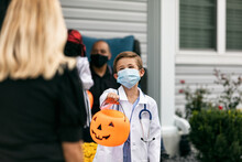Halloween: Young Trick Or Trea...