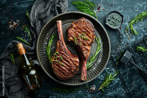 Fotografía Juicy steak grilled on the bone with spices and herbs