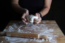 Preparare La Pasta Fatta In Casa. Mani Di Donna Impastare Pasta Fresca Per Fare Il Pane O La Pizza Su Un Tavolo Infarinato.