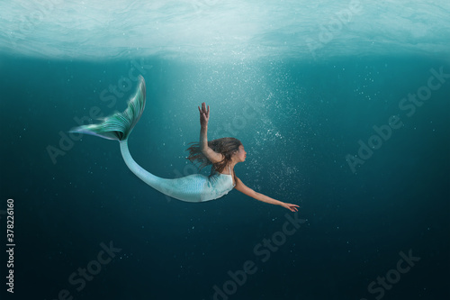 Fotografia Underwater Mermaid Dancing Gracefully in the Ocean
