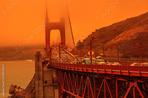 Платно Cars crossing Golden Gate Bridge from Lime point