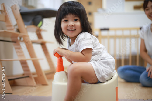 Fototapeta トイレトレーニングする女の子 obraz