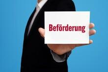 Beförderung. Geschäftsmann Im Anzug Zeigt Karte Mit Text. Mann Isoliert Vor Hintergrund (blau)