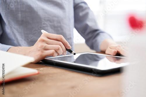 私服でタブレットにデジタルサインをする日本人女性ビジネスウーマンの手元 Canvas Print