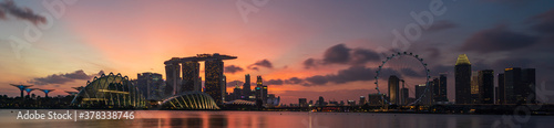 Fotografia Wide panorama of Cityscape of Singapore Marina bay area at dusk.