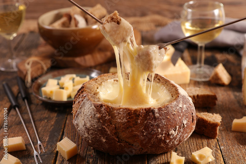 cheese fondue bread bowl with wine and bread Tableau sur Toile