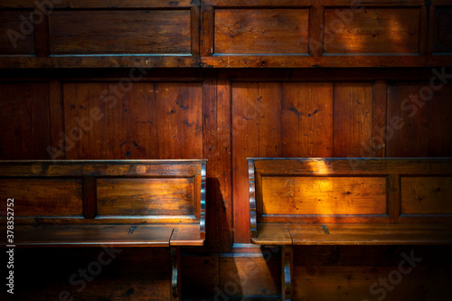 Fototapeta zwei hölzerne Sitzbänke