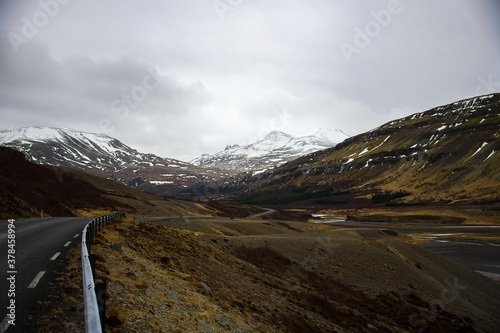 Cuadros en Lienzo Mountain range in Iceland shrouded by clouds and covered in snow
