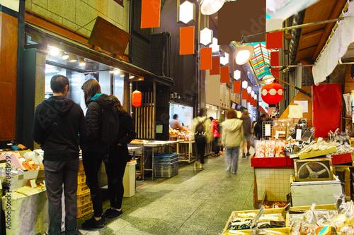 Canvas Print 京都市の中心地にある錦市場内の店舗の景観。錦市場は、真ん中の小道の両側に食材の商店が並んだ390mの商店街。近年は外国人観光客を中心に賑わっている。