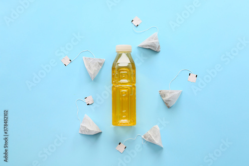 Fototapeta Bottle of fresh ice tea and bags on color background obraz
