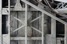古い金属の構造物