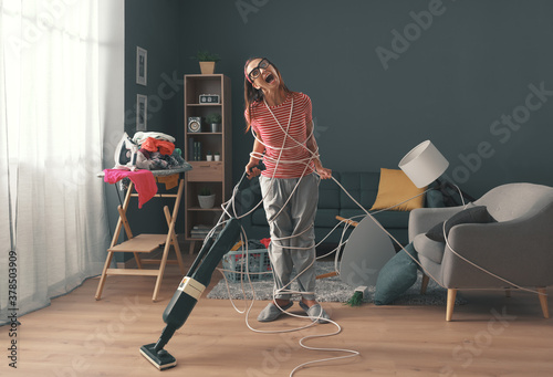 Papel de parede Frustrated housewife doing household chores at home