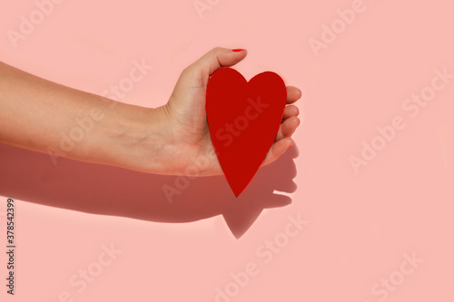 Foto Mano humana sujetando un corazon con sus manos