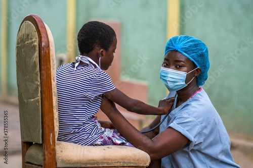 Fotografia Closeup shot of a boy and a doctor wearing sanitary mask