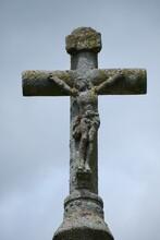 Christ Sur La Croix , Sculpture érodée Par Le Temps .