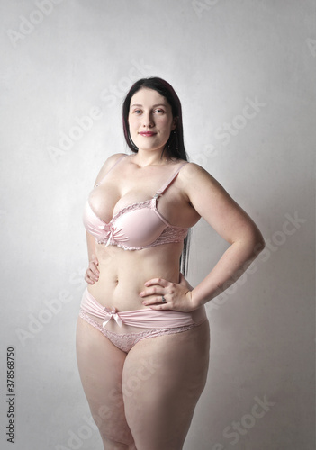 Fotografia portrait of beautiful curvy girl in lingerie